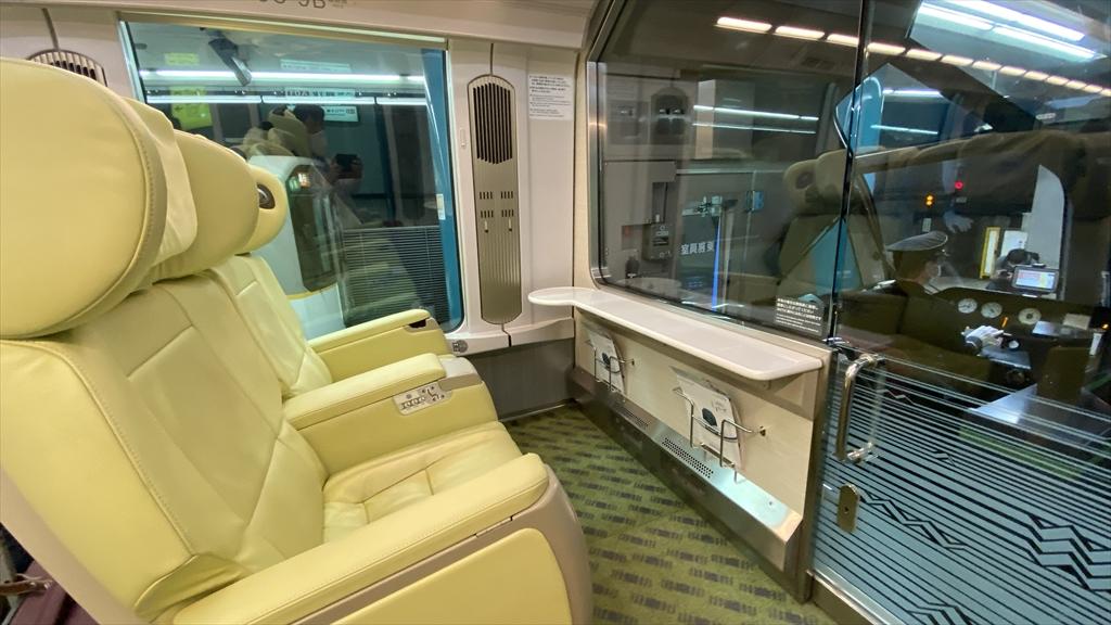 近鉄特急しまかぜ 大阪難波駅