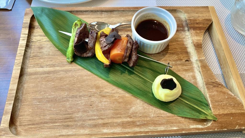 北海道産牛フィレのブロシェットの炭火焼とトリュフ