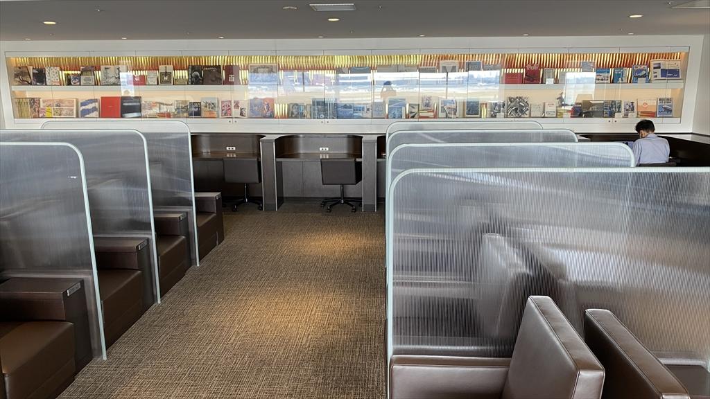 羽田空港 第一ターミナル 北ウィング JAL ダイヤモンドプレミアラウンジ ライブラリー